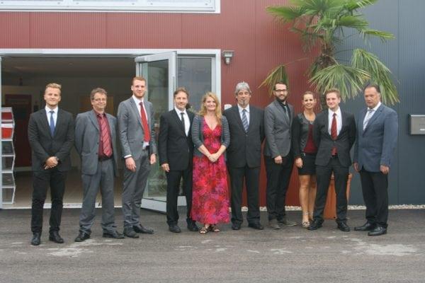 Gruppenfoto im Rahmen der Eröffnung der neuen Produktionsstätte