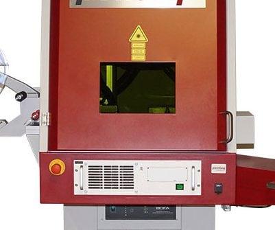 Tür mit Laserschutzfenster (Schutzfilter) des Lasersystems.