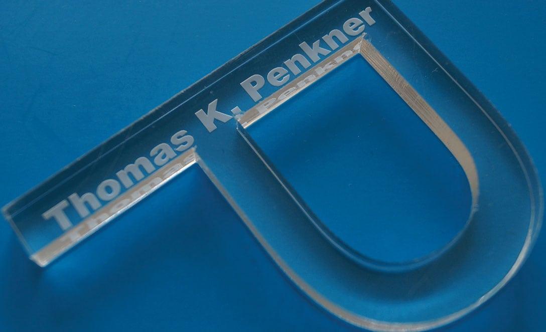 Der Buchstabe P aus Kunststoff mit der Beschriftung Thomas K. Penkner