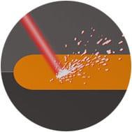 Laser trifft auf Oberfläche bei Kunststoffbeschriftung