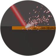 Laser trifft auf Oberfläche beim Laserreinigen