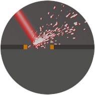 Laser trifft auf Oberfläche beim Laserschneiden