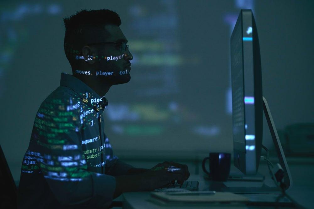Mann vor PC sitzend.