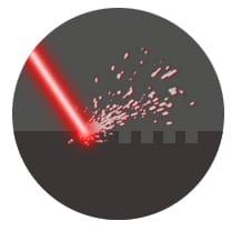 Laser trifft auf Oberfäche beim Laserstrukturieren