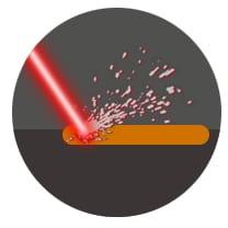 Laser trifft auf Oberfläche bei Laserschweißen
